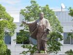 威風堂々、岩崎弥太郎像
