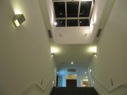 夜の中央階段