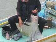 鮎漁をするおじさん